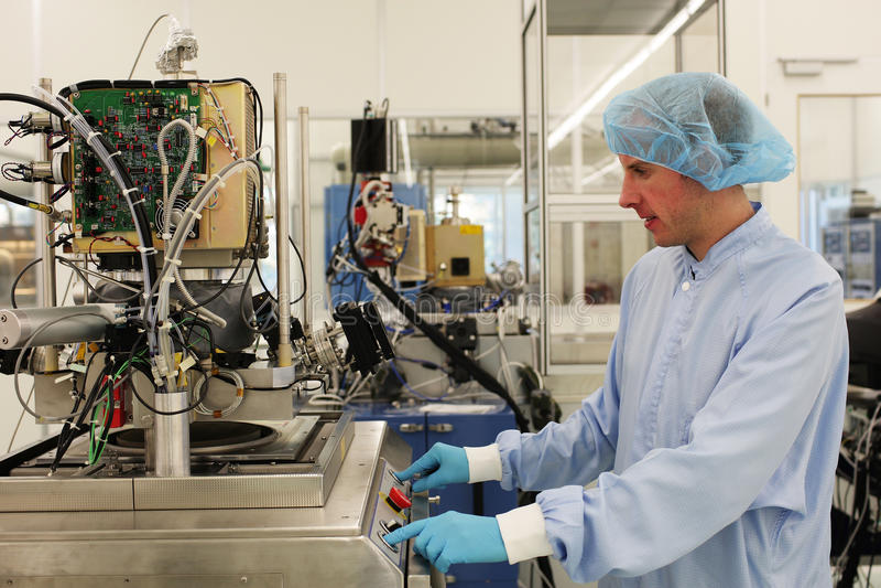 Bei der Arbeit innerhalb eines Hightech- Cleanroom lizenzfreie stockfotos