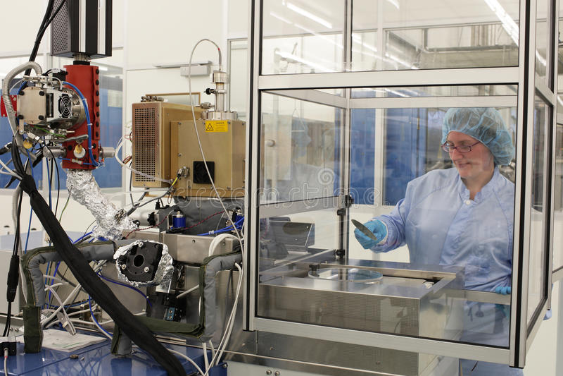 Bei der Arbeit innerhalb eines Hightech- Cleanroom stockfotografie