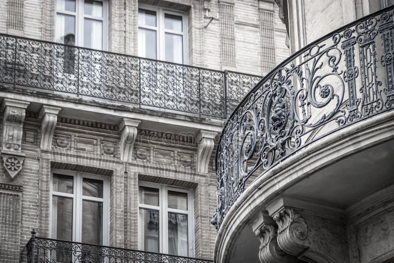 Bei dettagli della costruzione Facciata decorata con i balconi del ferro Toulouse, Francia immagine stock libera da diritti