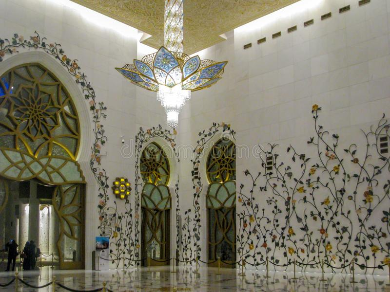 Bei dettagli ed architettura di interior design di Abu Dhabi Sheik Zayed Mosque fotografie stock