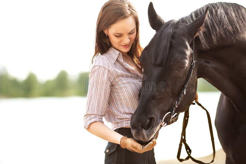 Bei donna e cavallo fotografie stock libere da diritti