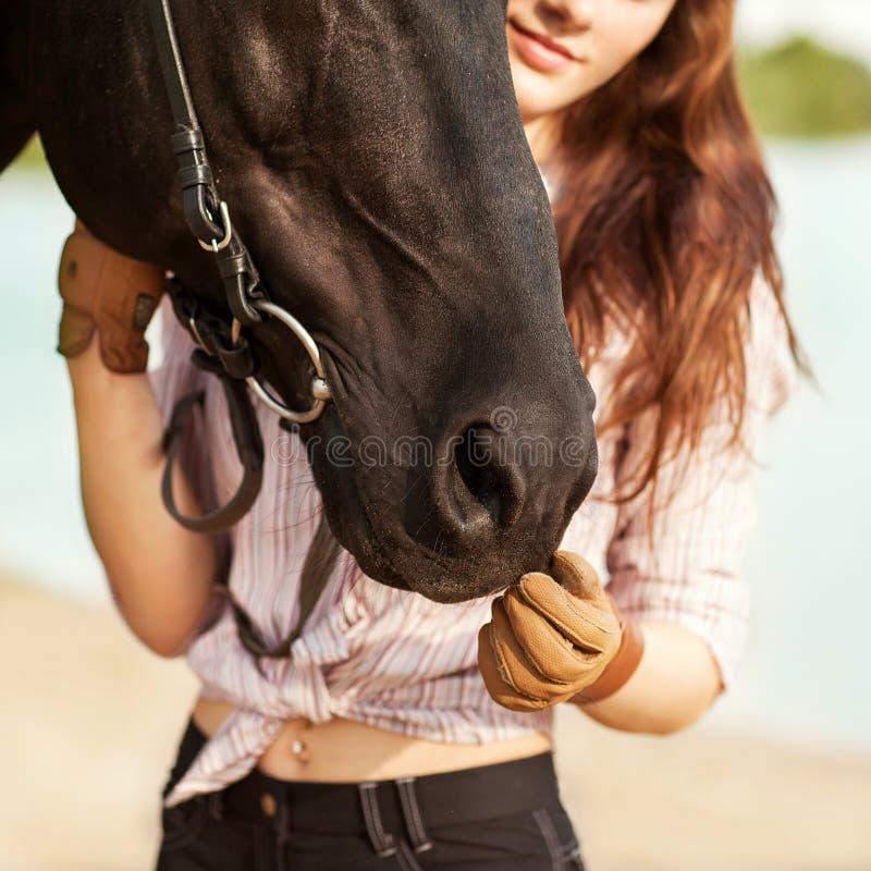 Bei donna e cavallo immagine stock