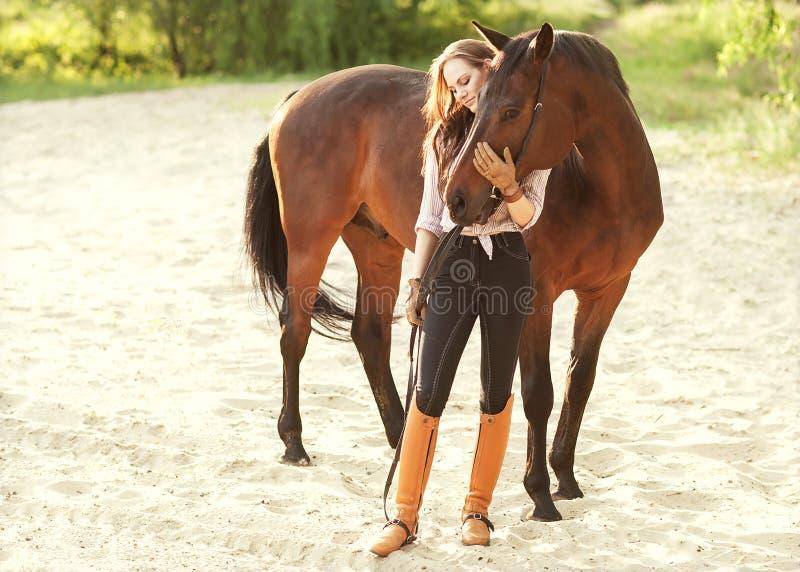 Bei donna e cavallo immagini stock