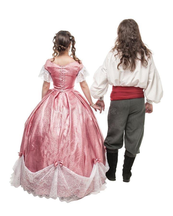 Bei donna ed uomo delle coppie in vestiti medievali Posa posteriore immagini stock