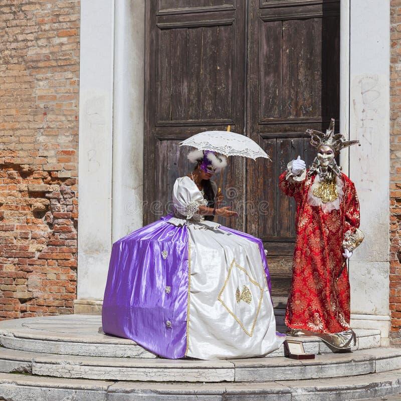 Bei donne ed uomo vestiti in costume veneziano tradizionale, Venezia, Italia fotografia stock