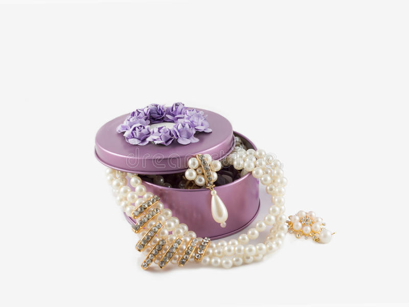 Bei earings e collana dorati splendidi in scatola viola fotografia stock