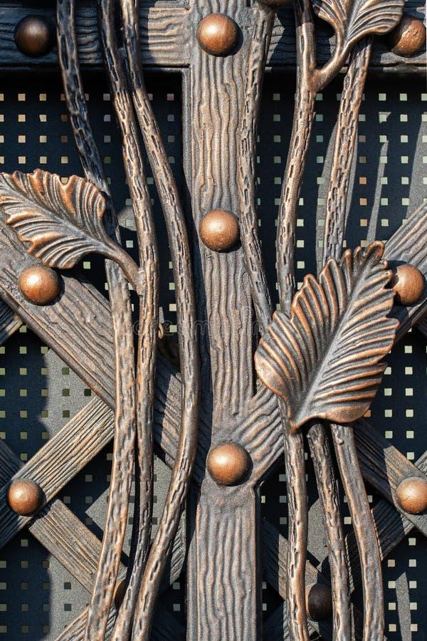 Bei elementi decorativi forgiati che imitano le piante e facciata antica fotografia stock libera da diritti