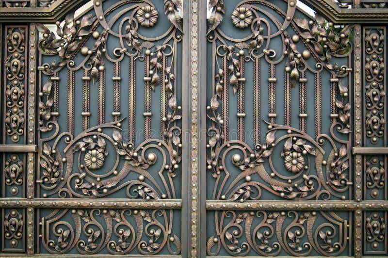 Bei elementi forgiati decorativi di rifinitura del portone del metallo immagini stock libere da diritti