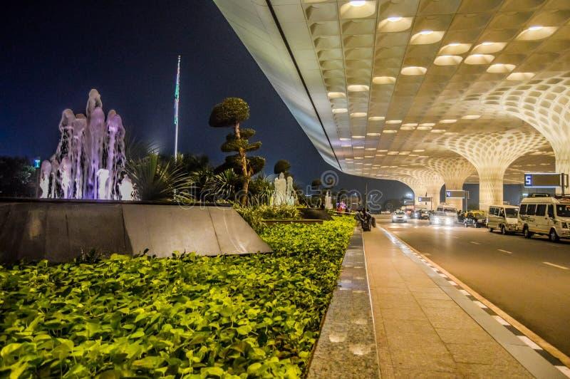 Bei esterni dell'aeroporto internazionale di Mumbai durante la notte fotografie stock