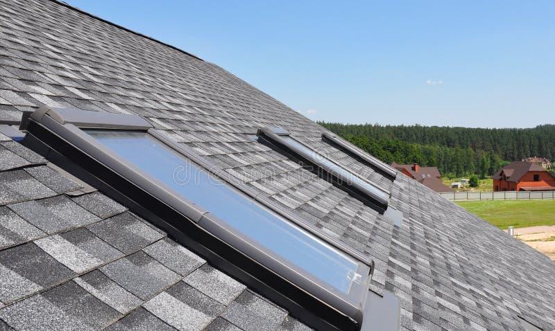 Bei finestre e lucernari del tetto contro cielo blu fotografia stock libera da diritti