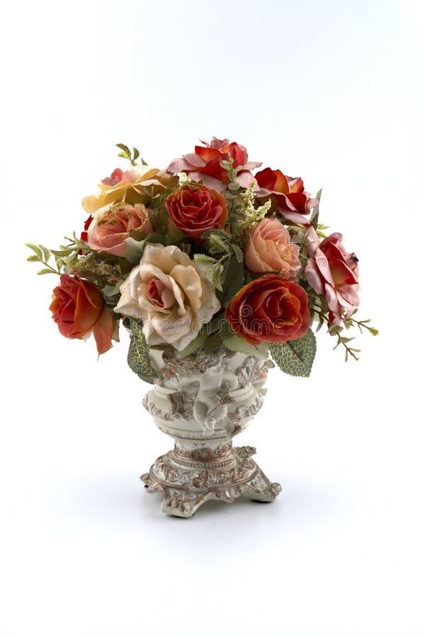 Bei fiori artificiali nel vaso isolato su bianco fotografia stock libera da diritti
