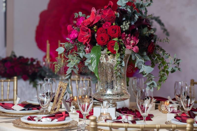 Bei fiori sulla tavola nel giorno delle nozze Fondo di lusso di festa fotografia stock