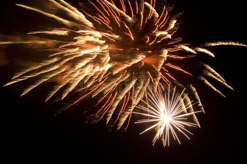 Bei fuochi d'artificio luminosi isolati su fondo nero immagini stock libere da diritti