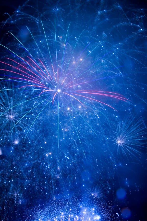 Bei fuochi d'artificio nel cielo notturno immagine stock