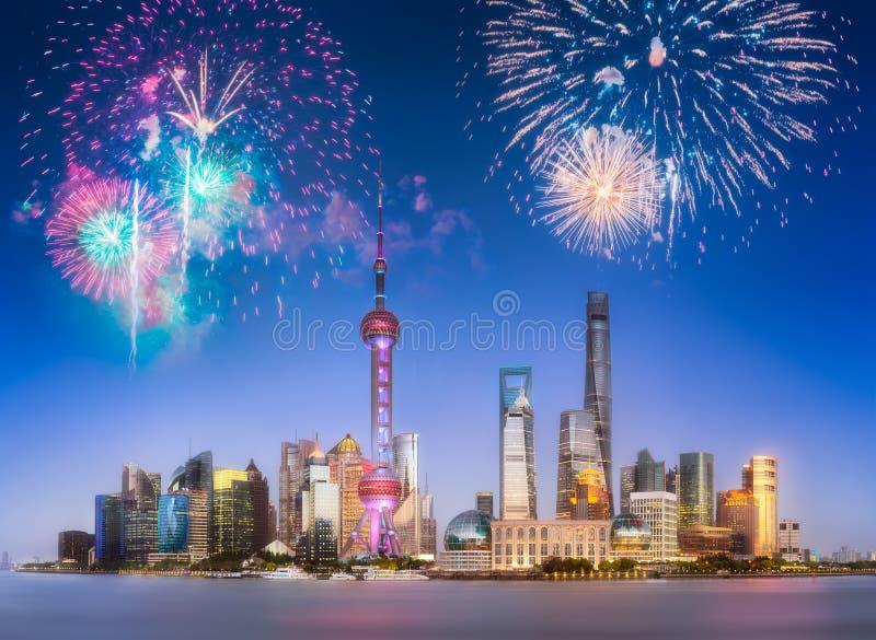 Bei fuochi d'artificio sopra l'orizzonte di Shanghai alla notte fotografie stock libere da diritti