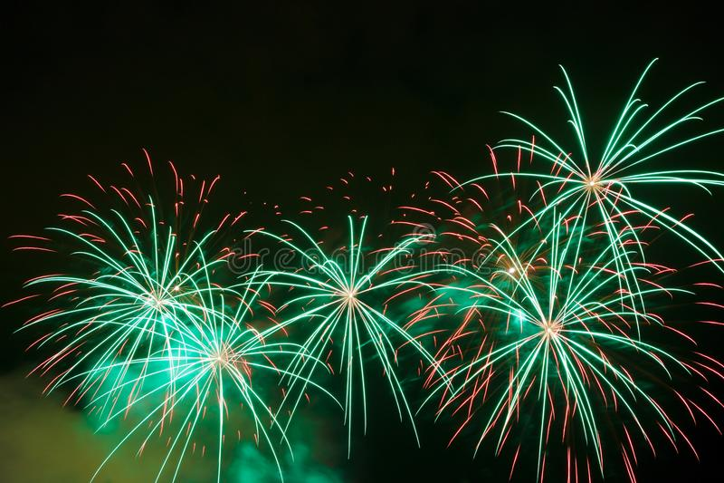 Bei fuochi d'artificio su cielo notturno immagine stock libera da diritti