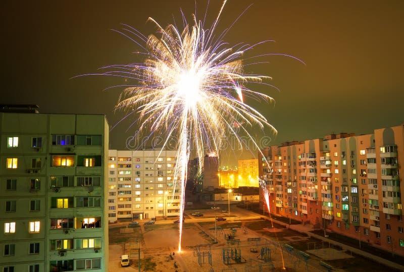 Bei fuochi d'artificio in una zona residenziale durante il nuovo anno fotografia stock libera da diritti