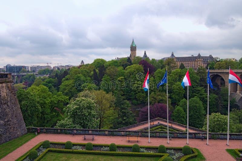 Bei giardino e ponte di Adolphe sopra la valle di Petrusse alla città di Lussemburgo Foto urbana del paesaggio della primavera lu fotografia stock libera da diritti