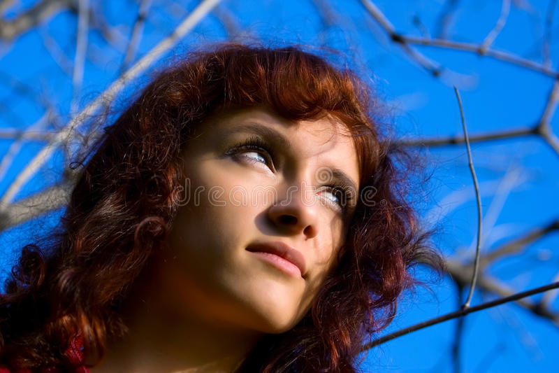 bei giovani di sguardo della donna del sole aumentare fotografie stock