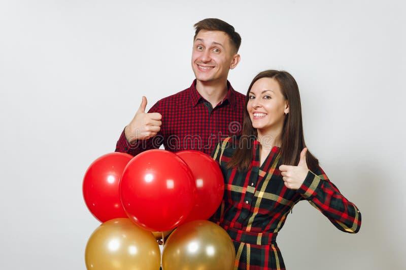 Bei giovani felici caucasici su fondo bianco isolato Festa, concetto del partito immagine stock