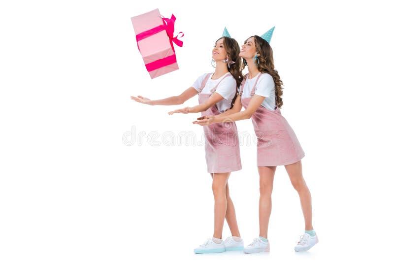 bei giovani gemelli che prendono scatola attuale di caduta immagine stock