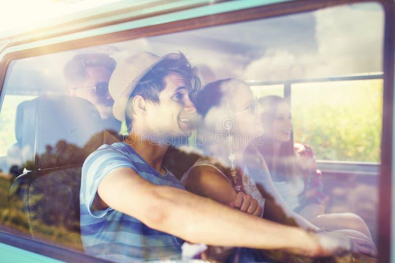 Bei giovani a sul viaggio stradale fotografie stock