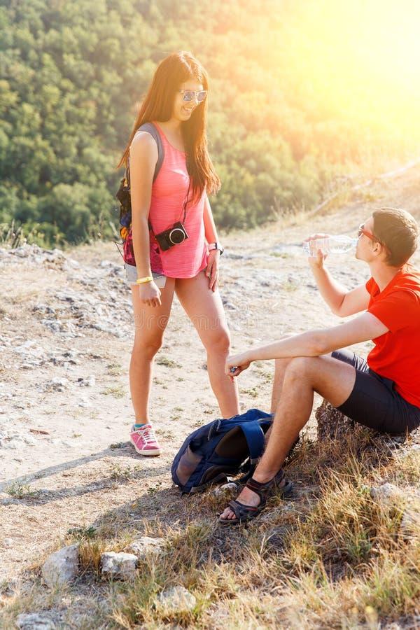 Bei giovani sulla montagna fotografie stock