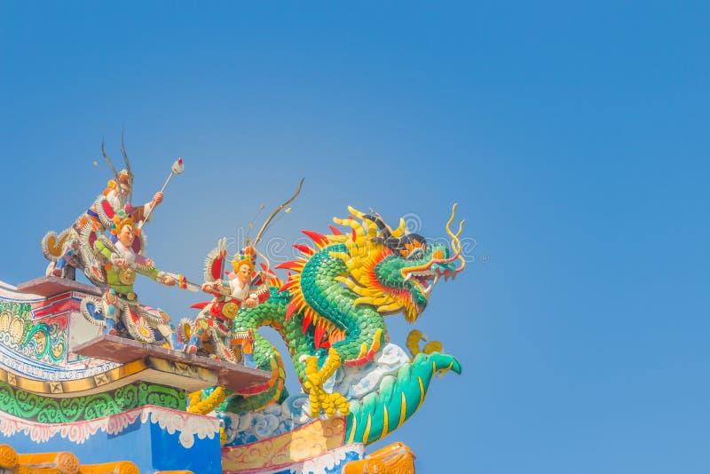 Bei grandi draghi dello smorfia che strisciano sul tetto di mattonelle decorativo in tempie cinesi Dettaglio variopinto del tetto fotografie stock libere da diritti