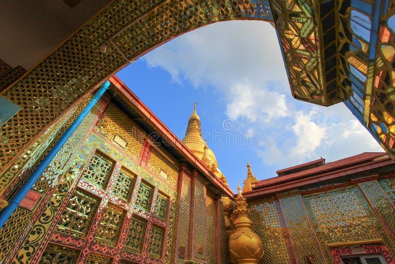 Bei impianti di mosaico alla pagoda di Sutaungpyi sulla collina di Mandalay, Mandalay, Myanmar immagine stock