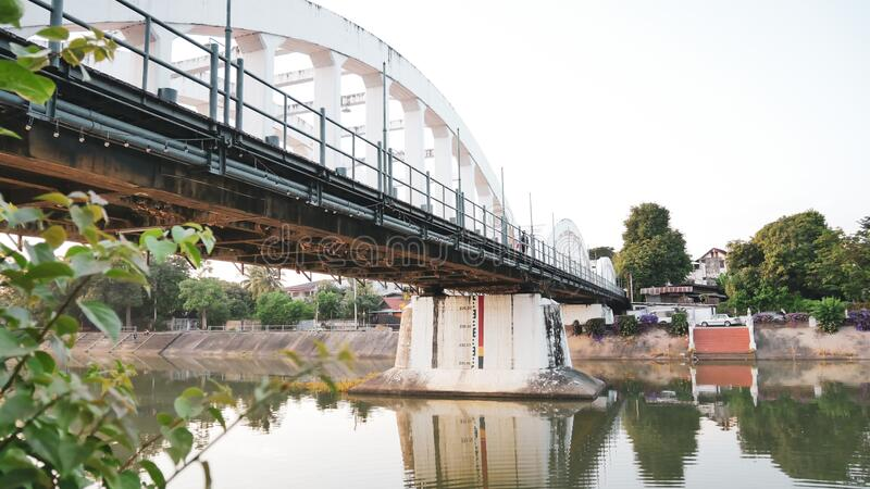 Bei Lampang, Thailand die Brücke über Nam Wang Der offizielle Name ist Ratsadaphisek Bridge, der Flussarm des Chao Phraya River lizenzfreie stockfotos