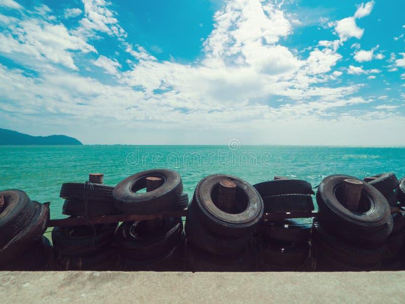 Bei mare e cielo blu di verde smeraldo fotografia stock libera da diritti