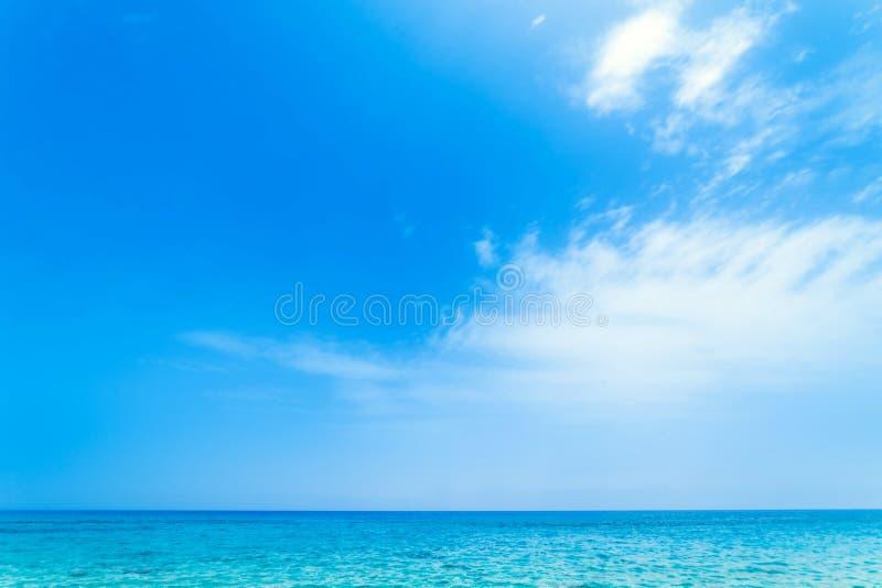 Bei mare e cielo tropicali - fondo di scena di estate immagini stock