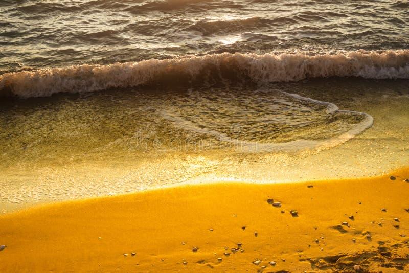 Download Bei Mare E Spiaggia Di Tramonto Immagine Stock - Immagine di incandescenza, scenico: 117981891