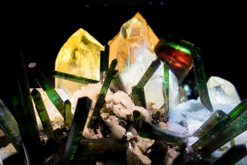 Bei minerali con altre strutture preziose e variopinte al museo nazionale di scienza naturale in Orlando Houston fotografie stock