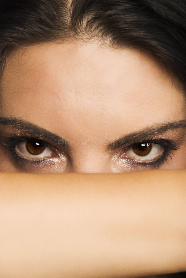 Bei occhi enigmatici della donna immagini stock libere da diritti