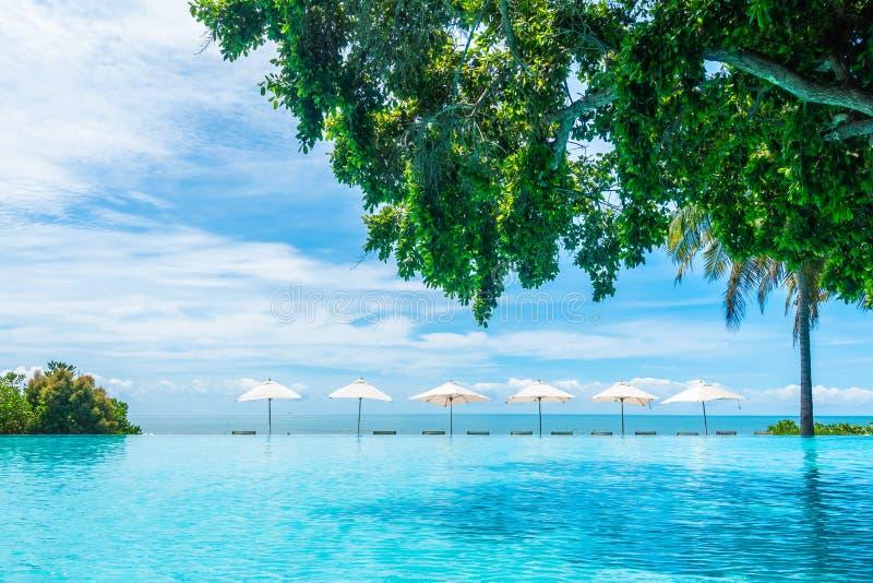 Bei ombrello e sedia di lusso intorno alla piscina nel hote fotografia stock