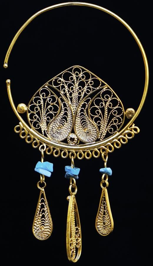 Bei ornamenti dell'oro su un fondo scuro Gioielli per le donne Collana ed orecchini fotografia stock libera da diritti