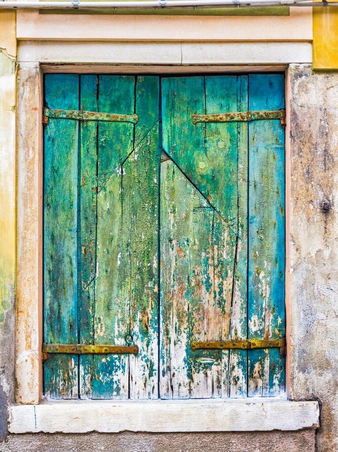 Bei otturatori d'annata sulle finestre di vecchia casa fotografia stock