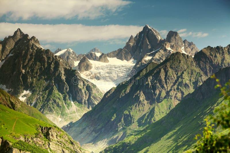 Bei paesaggi con le alte montagne fotografia stock libera da diritti