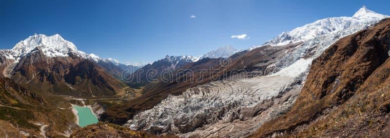 Bei paesaggi panoramici delle montagne dell'Himalaya lungo Manas immagine stock libera da diritti