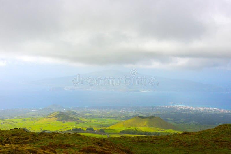 Bei paesaggio delle Azzorre e linea costiera rurali, vista scenica della campagna vulcanica, viaggio Portogallo fotografia stock libera da diritti