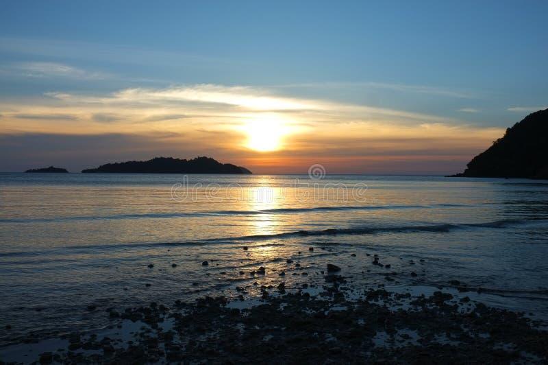 Bei paesaggio di illuminazione e nuvola prima del tramonto, Long Beach, isola di Koh Chang, provincia di Trat, Tailandia fotografia stock libera da diritti