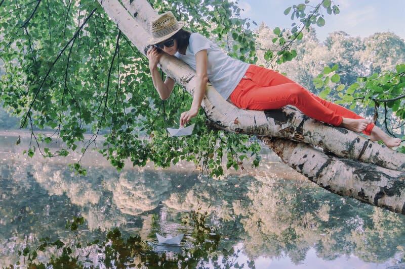 Bei pantaloni a vita bassa della ragazza nel parco fotografie stock