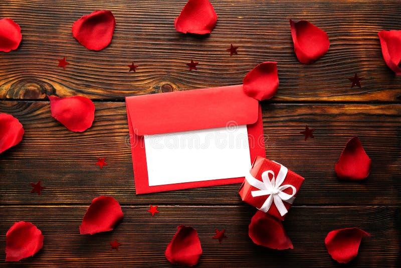 Bei petali di rosa rossa luminosi, gesto romantico, fondo Concetto oliday felice di vendite di giorno di biglietti di S. Valentin immagini stock