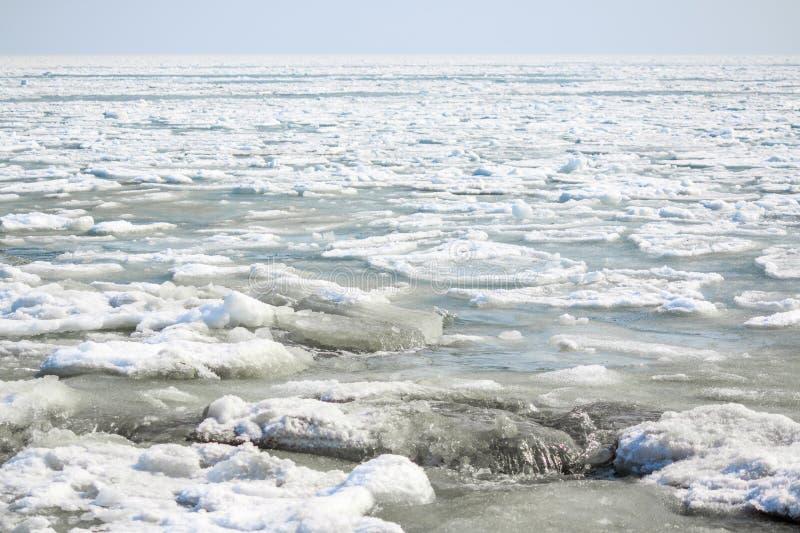Bei pezzi del galleggiante e della colata del ghiaccio in un fiume o in un lago come contesto al paesaggio della molla fotografia stock libera da diritti