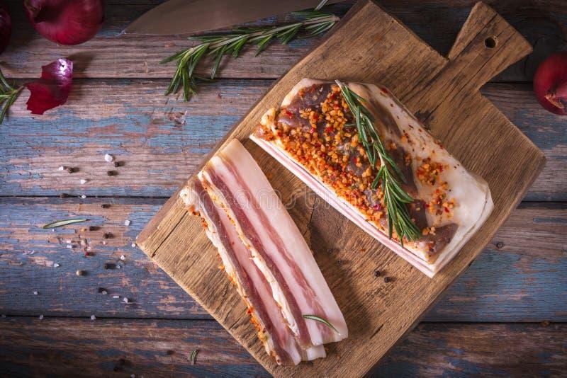 Bei pezzi di bacon salato su fondo scuro E r fotografie stock libere da diritti