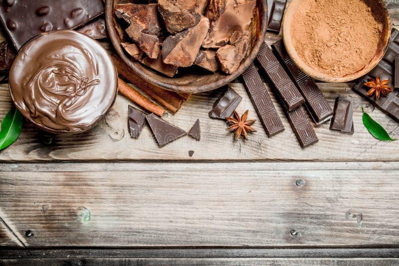 Bei pezzi di cioccolato schiacciato con la pasta del cioccolato ed il cacao a terra fotografia stock libera da diritti