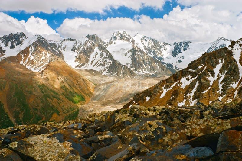 Bei picchi e montagne di Tien Shan vicino ad Almaty fotografie stock libere da diritti