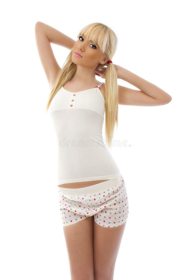 Bei pigiami da portare svegli della giovane donna felici immagini stock