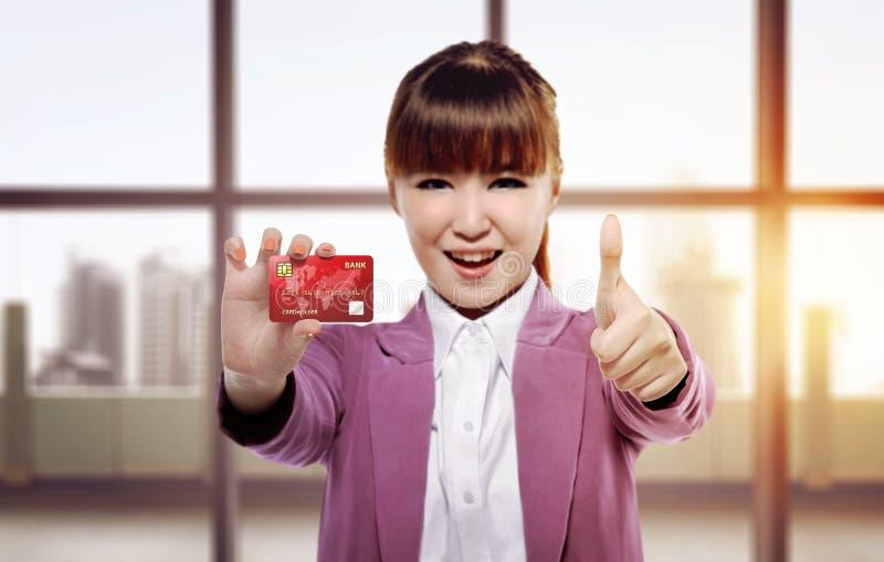 Bei pollici asiatici di elasticità della donna di affari e credito Ca di mostra immagini stock